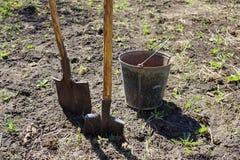 agricoltura due pale e un secchio del ferro lavoro della molla sul fotografia stock libera da diritti
