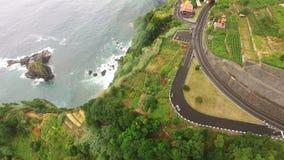 Agricoltura e paesaggi nell'isola del Madera Vista alla terra a terrazze e coltivata dell'oceano, archivi video