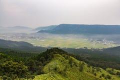 Agricoltura e vulcano del Monte Aso in Kumamoto, Giappone Fotografie Stock