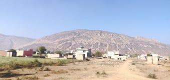 Agricoltura ed architettura intorno alla gamma di Aravalli in Rajathan, India fotografia stock