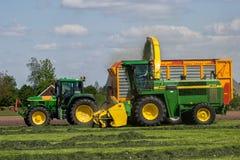 Agricoltura il trattore di John Deere e della raccoglitrice di foraggio Fotografia Stock