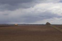 agricoltura Il trattore prepara il campo per la semina del grano dentro Fotografia Stock