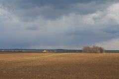 agricoltura Il trattore prepara il campo per la semina del grano dentro Fotografie Stock