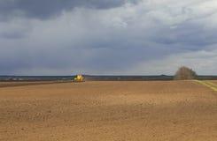 agricoltura Il trattore prepara il campo per la semina del grano dentro Fotografia Stock Libera da Diritti