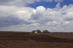 agricoltura Il trattore prepara il campo per la semina del grano dentro Immagini Stock Libere da Diritti