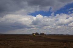 agricoltura Il trattore prepara il campo per la semina del grano dentro Fotografie Stock Libere da Diritti