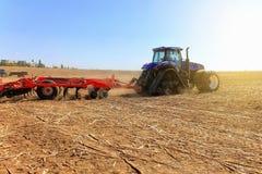 agricoltura Il trattore prepara il terreno per la semina ed il culto Fotografia Stock Libera da Diritti