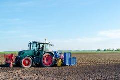 Agricoltura - insalata della semina del trattore Immagine Stock Libera da Diritti