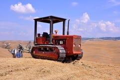Agricoltura in Italia con un trattore sui campi Fotografia Stock Libera da Diritti
