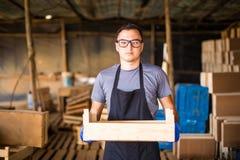 Agricoltura l'uomo senior di giardinaggio o dell'agricoltore di concetto della gente e di agricoltura con la scatola di maturo ro Immagini Stock