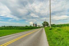 Agricoltura a Lancaster, PA del campo del granaio dell'azienda agricola del paese di Amish Fotografie Stock