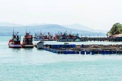 Agricoltura piacevole di acquacoltura della gabbia e del peschereccio. Fotografia Stock