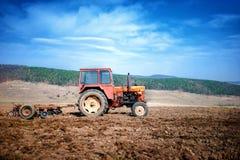 Agricoltura - plowin d'annata del trattore Immagine Stock Libera da Diritti