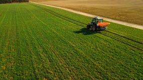 agricoltura Trattore di lavorazione Rilevamento aereo immagini stock