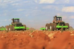 Agricotractoren die aan een gebied dichtbij Lichtenburg in Zuid-Afrika werken stock afbeelding