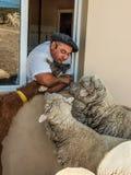 Agriculteur argentin avec leurs animaux à la ferme Image stock