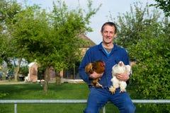 Agriculteur avec des poulets photographie stock libre de droits