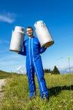 Agriculteur avec des récipients de lait Images libres de droits
