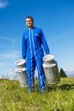 Agriculteur avec des récipients de lait Photos libres de droits