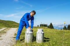 Agriculteur avec des récipients de lait Image libre de droits