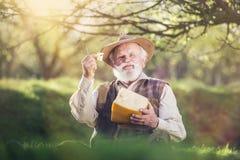 Agriculteur avec du fromage photos stock