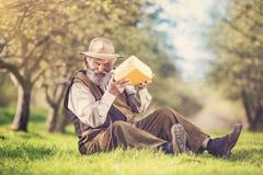 Agriculteur avec du fromage images libres de droits