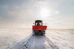 Agriculteur avec l'ensemencement de tracteur - l'encemencement cultive au champ agricole photo libre de droits