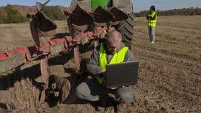 Agriculteur avec l'ordinateur à la charrue banque de vidéos