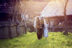 Agriculteur avec la bouilloire de lait Image libre de droits