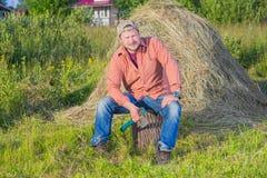 Agriculteur avec une hache Photo stock