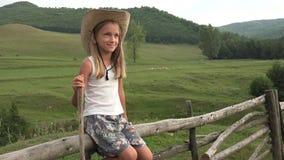 Agriculteur Child avec frôler les moutons, berger dans le domaine, fille extérieure sur le pâturage 4K banque de vidéos