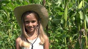 Agriculteur Child dans le champ de maïs, visage de sourire de fille extérieur dans le domaine 4K d'agriculture clips vidéos