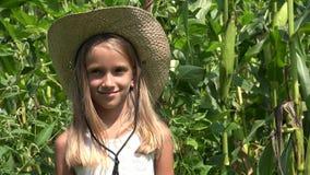 Agriculteur Child dans le champ de maïs, visage de sourire de fille extérieur, enfant dans le domaine d'agriculture clips vidéos