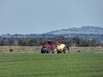 Agriculteur Crop Spraying près de Riddells Creek Victoria Australia image libre de droits