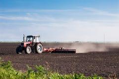 Agriculteur dans le tracteur Photo stock