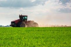 Agriculteur dans le tracteur préparant la terre avec le cultivateur de semis photos libres de droits