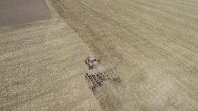 Agriculteur dans le tracteur pr?parant la terre avec le cultivateur de semis banque de vidéos