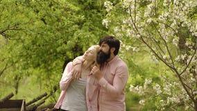 Agriculteur de couples dans la ferme avec le fond de campagne Couples d'?t? et moment sensuel Travailleur de ferme d'Eco - la vie banque de vidéos