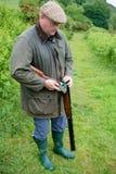 Agriculteur de pays occidental avec un fusil de chasse photographie stock
