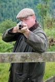 Agriculteur de pays occidental avec un fusil de chasse photos stock