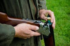 Agriculteur de pays occidental avec un fusil de chasse images libres de droits