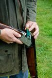 Agriculteur de pays occidental avec un fusil de chasse photographie stock libre de droits