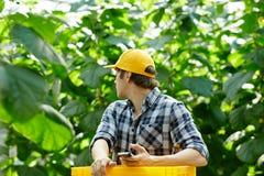 Agriculteur en serre chaude Photos stock