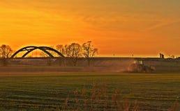 Agriculteur et champ de cultivation au coucher du soleil photo stock