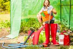 Agriculteur et outils de jardinage femelles dans le jardin Photographie stock libre de droits