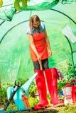 Agriculteur et outils de jardinage femelles dans le jardin Photographie stock