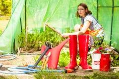Agriculteur et outils de jardinage femelles dans le jardin Images stock