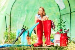 Agriculteur et outils de jardinage femelles dans le jardin Images libres de droits