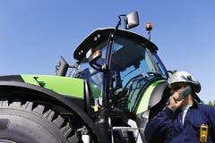 Agriculteur et tracteur Image stock