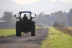 Agriculteur et tracteur d'Indien est Photo stock